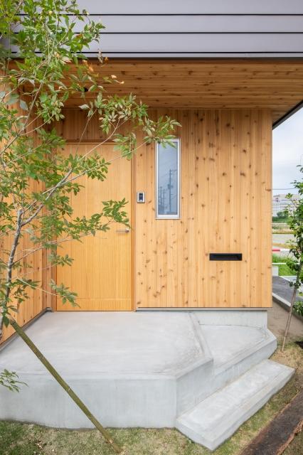 木のぬくもり溢れる玄関アプローチ