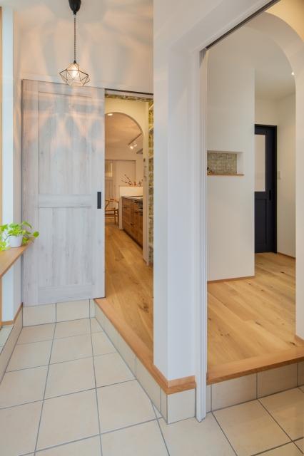 玄関から食品庫へつながる便利な動線