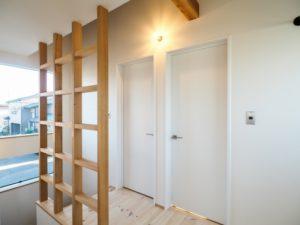格子間仕切りのある階段ホール