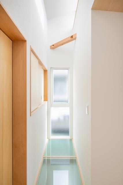 ガラスの床から1階へ光を落とす