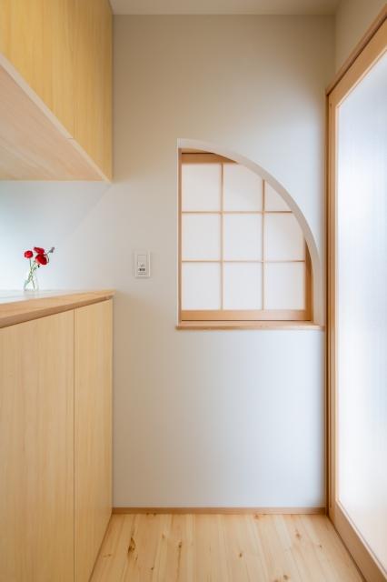 障子から漏れる光が印象的な玄関ホール