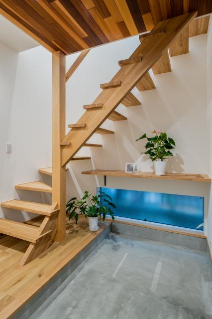 ストリップ階段が印象的な玄関
