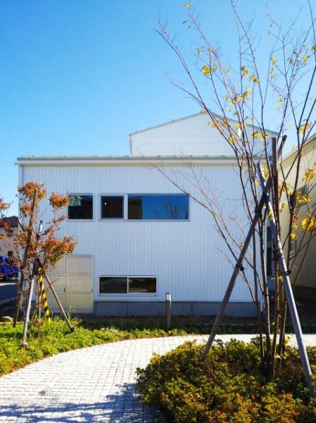 三角屋根の白い家