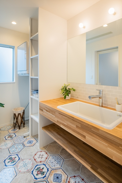 タイルの床が印象的な洗面脱衣室