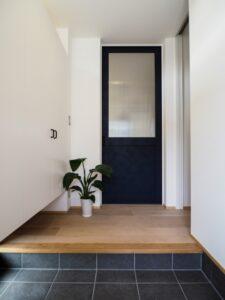 地窓とハイサイドで明るい玄関