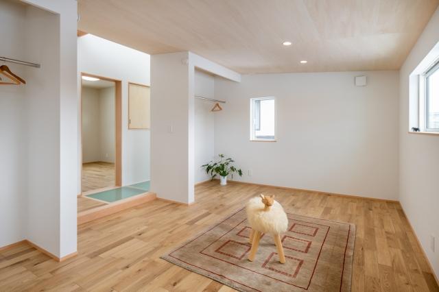 シナベニヤの勾配天井の子供室