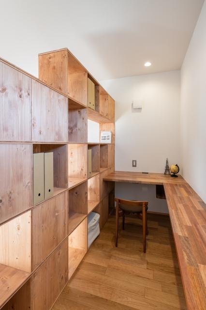 箱型の本棚で仕切られた書斎