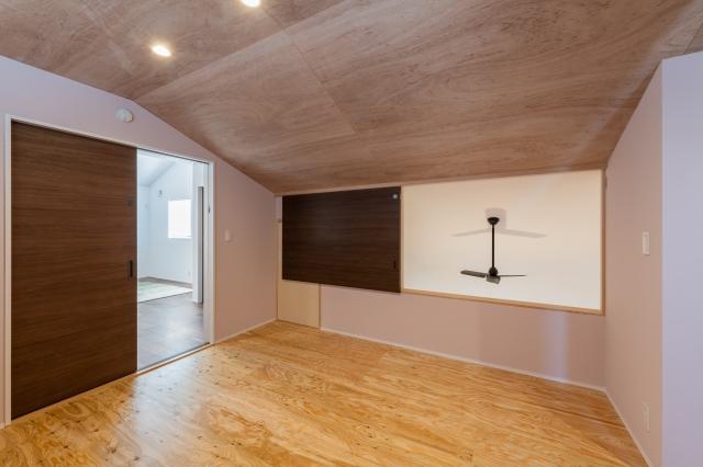 DIYで壁を施工した寝室