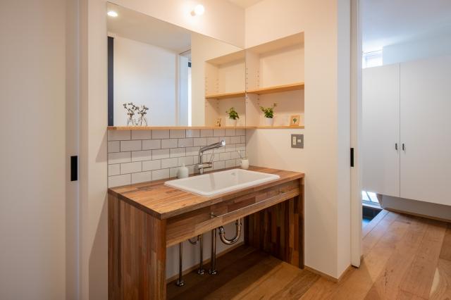 木製の造作洗面化粧台