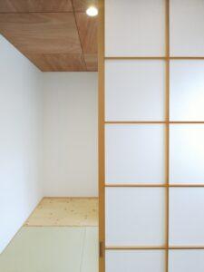 障子と板張り天井の和室