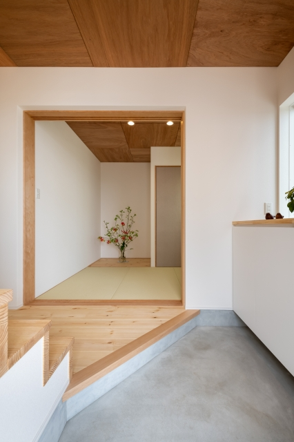 和室と一体化する玄関