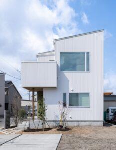 田園風景を眺める白い外壁の家