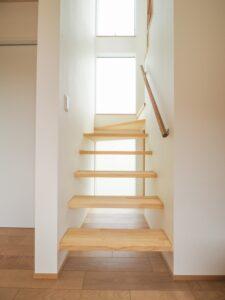 光の差し込むストリップ階段