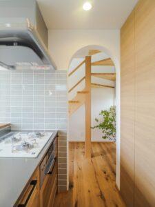 木製キッチンとストリップ階段