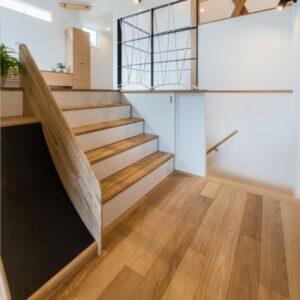収納階段とすべり台のある家