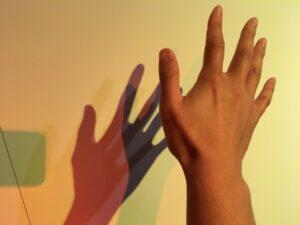 バウハウス展の色のある影