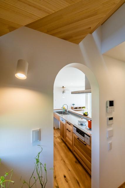 階段ホールからキッチンを望む