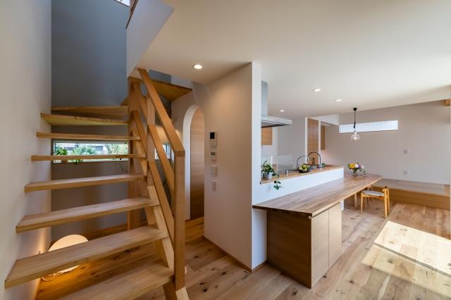 ストリップ階段とダイニングキッチン