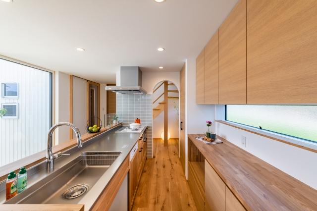 木製キッチンと造作食器棚