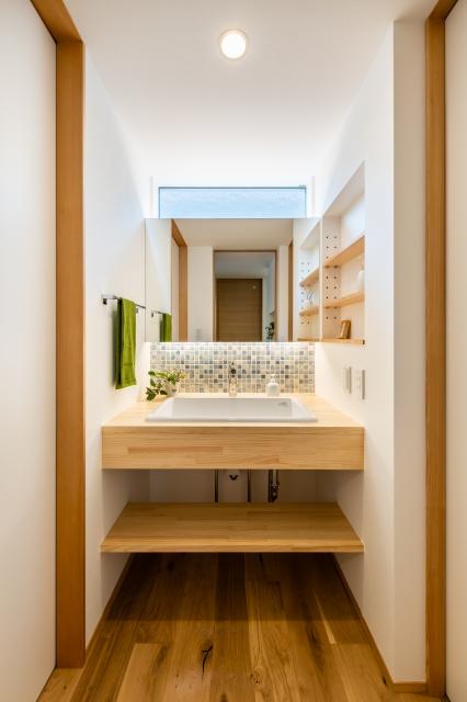 木製カウンターの造作洗面化粧台