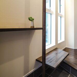 玄関の便利な手すりとベンチ