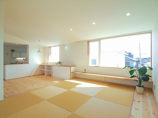 畳でくつろぐ2階リビングの家