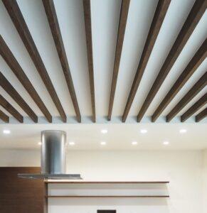 木をデザインしたダイニングキッチンので天井