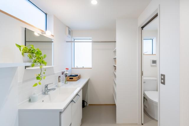 白でまとめた洗面化粧台