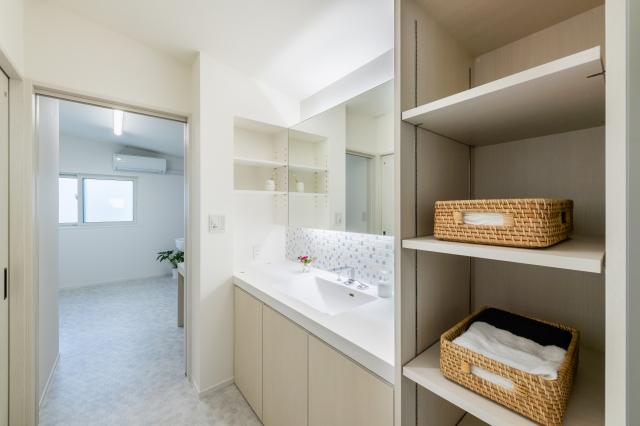 白でまとめた造作洗面化粧台