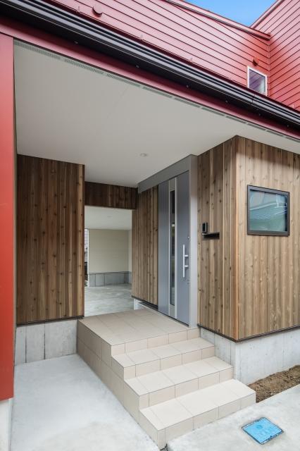 木の温もり溢れる玄関ポーチ