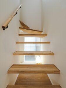 ストリップ階段の下に飾り