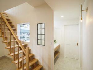 ストリップ階段のある玄関ホール