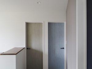 子供部屋のカラフルな扉