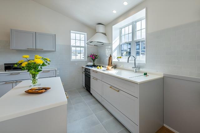 窓辺の白いキッチン