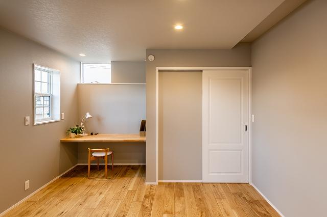 書斎コーナーのある寝室