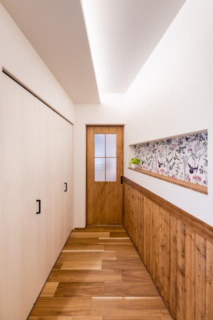 間接照明とアクセントクロスの玄関ホール