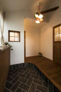 玄関と洗面を繋ぐ室内窓
