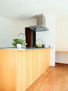 木製のオープンキッチン