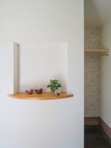 玄関ホールのニッチ飾り棚