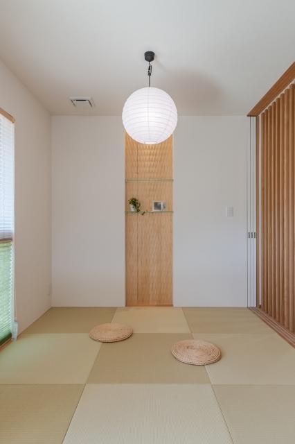 スプーンカットの壁材が印象的な和室