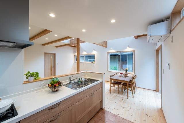 木製キッチンとダイニング