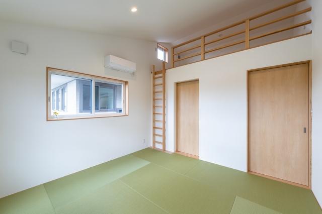 ロフトのある畳の寝室