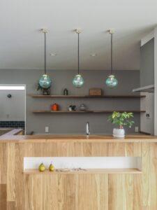 木製腰壁が印象的な可愛いキッチン