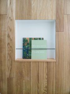 キッチンの木製腰壁に造作したマガジンラック