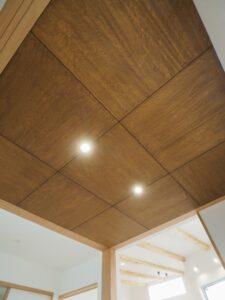 ベニヤ貼りの和室天井