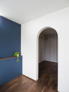 寝室とアーチの可愛い入口のウォークインクローゼット