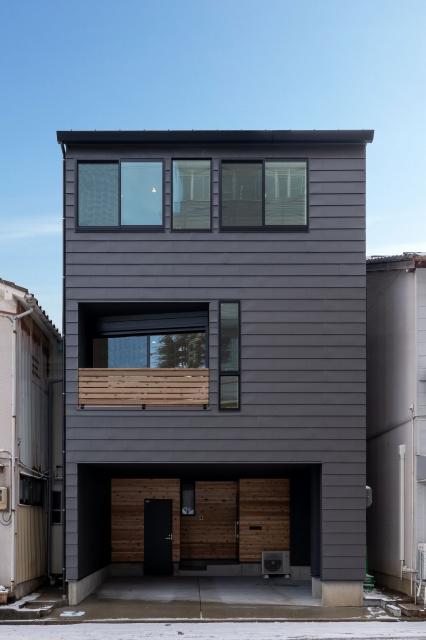 街中の狭小3階建て住宅