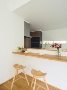 キッチン前の造作カウンター