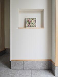 ニッチの飾り棚がある玄関