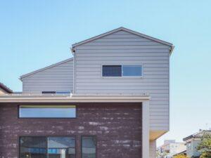 セメントの質感の外壁がアクセント